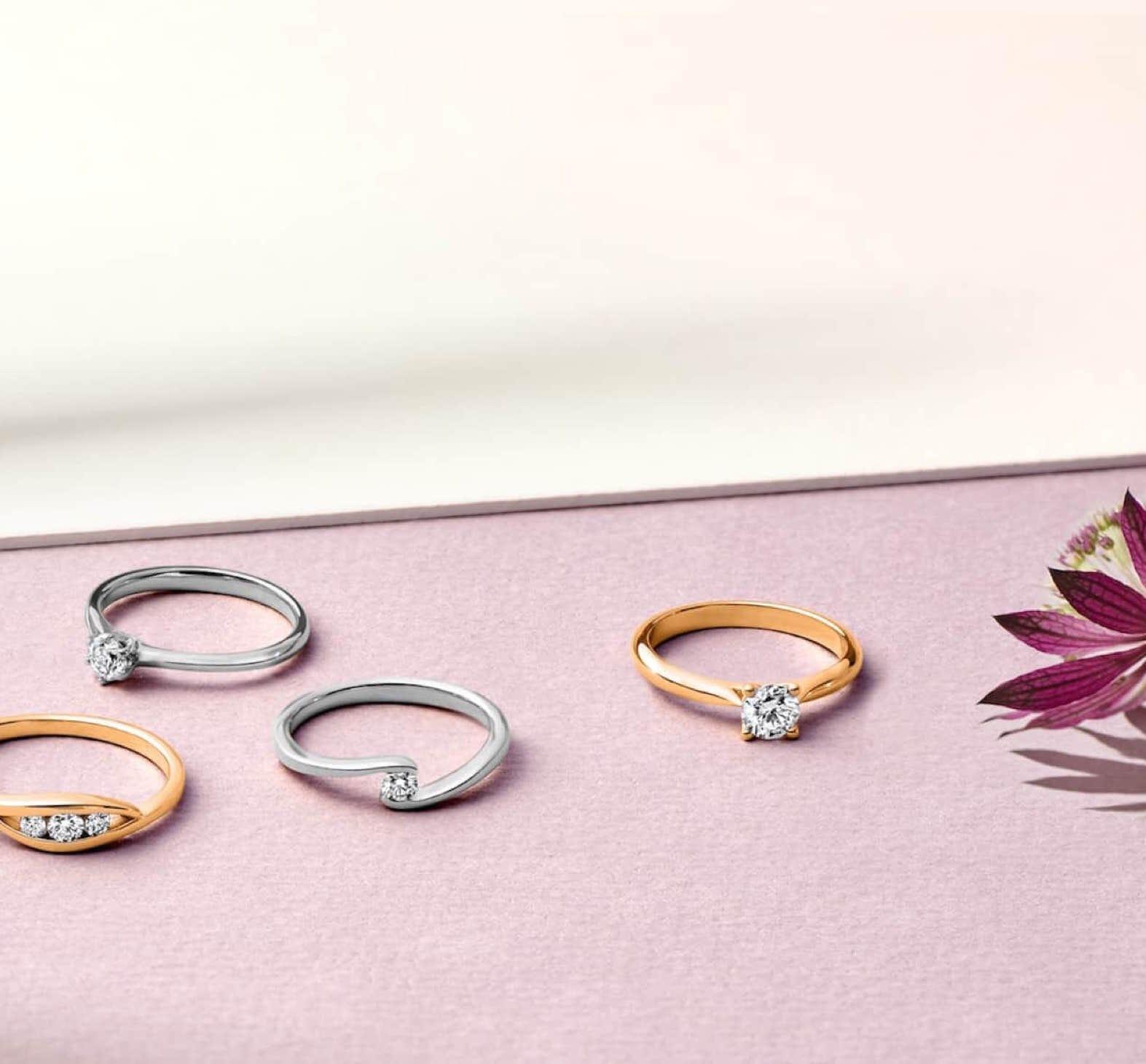 Verlobungsringe auf rosa/ weissen Hintergrund
